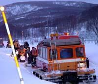 行方不明者の捜索に向かう救助隊ら(19日午前5時40分、北海道積丹町で)