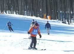遅れていた準備が完了し、オープンしたふじてんスノーリゾート。来場者は久しぶりの雪の感覚を楽しんだ=鳴沢村