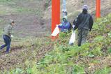 スノーボーダーの井原寛公(写真中央)も、リフト下を中心に清掃開始。