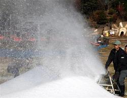 六甲山人工スキー場で始まった雪作り=7日午前10時19分、神戸市灘区(彦野公太朗撮影)(写真:産経新聞)