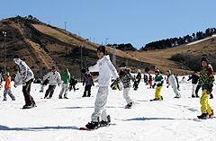 スノーボードやスキーを楽しむ人たち=4日午前、九重町湯坪の九重森林公園スキー場