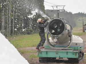 人工造雪機の試運転をする従業員=郡上市高鷲町の鷲ケ岳スキー場で