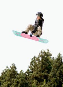 練習で高いジャンプを披露する広野あさみ選手=いずれも立山町芦峅寺で
