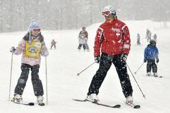 スキーを楽しむ子供。家族連れをターゲットにした戦略で県内のスキー客は4年ぶりに100万人を突破した(1月、雫石スキー場で)