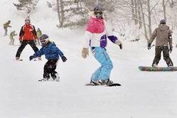 スノーボードやスキーを楽しむ親子連れら=11日、十和田市焼山の十和田湖温泉スキー場