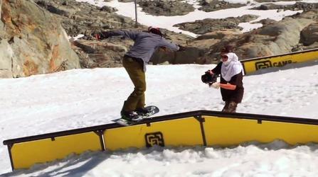 スノーボードトリックをしている写真