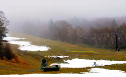 来月4日のオープンに向け、人工雪を降らせるハンターマウンテン塩原=23日、那須塩原市湯本塩原
