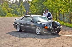 ジムカーナで運転を誤り、見物人をはねた乗用車