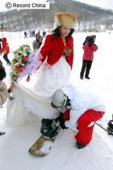 インターネットを通して知り合い、交際するようになった2人が、スノボー仲間を誘ってスキー場で結婚式を挙げた。