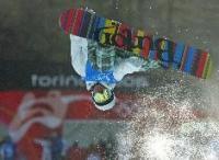 10日、バルドネッキアで練習するスノーボード・ハーフパイプの中井孝治(AP=共同)