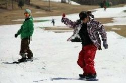 九重森林公園スキー場で滑り納めする人たち