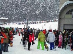 長野県野沢温泉村の「野沢温泉スキー場」。ピーク時には行列が絶えない(野沢温泉提供)