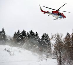 スキー客の救助訓練で空中停止する県の消防防災ヘリコプター=小松市尾小屋町の大倉岳高原スキー場