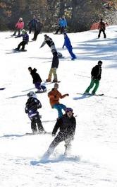人工雪のゲレンデで初滑りを楽しむボーダーたち=16日午前9時50分、広島県北広島町(撮影・井上貴博)