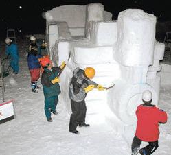 スキー客を迎える雪像作りを進める雪匠組のメンバー=飛騨市河合町で