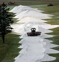 3日のオープンを前にゲレンデ作りの作業が続く丸沼高原スキー場=読売ヘリから