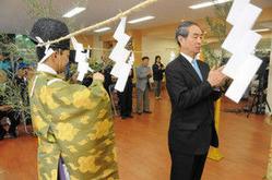 グリーンシーズンの安全を祈願する地元観光関係者ら=富山市本宮で