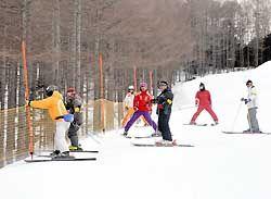 八千穂高原スキー場のゲレンデに張られたネットを点検するパトロール参加者ら