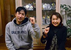 五輪出場決定の知らせを受けて喜ぶ父・賢治さん(左)と母・浩美さん=14日、御所市大広町の自宅