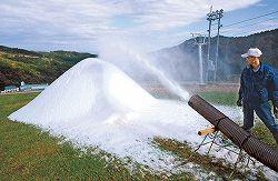 人工造雪機によるゲレンデ造りが進む牛岳温泉スキー場=富山市山田小谷