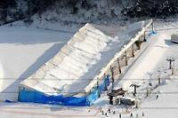 雪の重みで潰れた室内ゲレンデの屋根=佐賀市富士町の天山スキー場で2008年3月5日午後4時7分本社ヘリから、矢頭智剛撮影