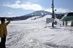 ゲレンデにうっすらと雪が積もった安比高原スキー場=23日、八幡平市