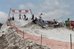 「雪夏祭」の目玉は真夏のスノーボード大会だ=平成23年8月7日(沼田町商工会提供)(写真:産経新聞)