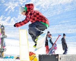 スノーボードを楽しむ人たち=青森市の八甲田国際スキー場