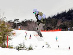 ゲレンデでスキーやスノーボードを楽しむ人たち=高山市高根町のチャオ御岳スノーリゾートで