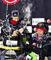 W杯7勝目を挙げ喜ぶ青野令(左)と3位の藤田=ストーンハム(AP)
