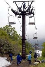 夏山シーズンに向けて、リフトの高さを下げる切り替え作業が始まった=西川町・月山スキー場