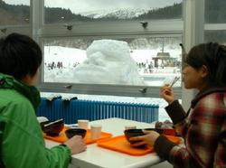 ゲレンデの近くにお目見えしたモアイの雪像。レストランからも眺めることができる=佐賀市富士町の天山スキー場