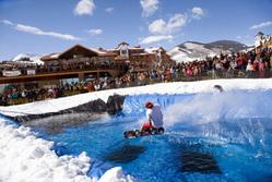 スキー場で水上を滑る