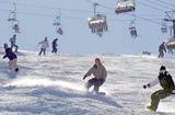 快晴となった3連休の最終日、初すべりを楽しむ人でにぎわうスキー場=新潟県湯沢町のかぐらスキー場で2007年11月25日午後0時27分、手塚耕一郎撮影