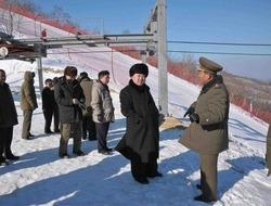 北朝鮮に建設中の馬息嶺スキーリゾートを視察する金正恩(キム・ジョンウン、Kim Jong-Un)第1書記(中央、撮影日不明、2013年12月31日公開)。