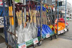 売れ行きが伸び悩む除雪用品=坂井市のPLANT−2坂井店で