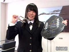 世界選手権の銀メダルと盾を手にする<br> 大江光選手