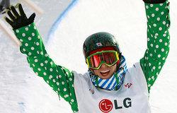 スノーボード世界選手権の男子ハーフパイプで優勝を決め、万歳して喜ぶ青野令。「きょうの演技が僕の今の限界」と会心の表情(23日、韓国・江原)