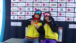 メダル獲得の喜びを分かち合う、青野と松本