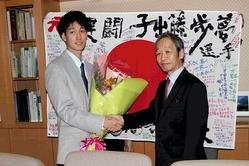 母校・北海高の壮行会に出席し山崎校長(右)と握手をする子出藤
