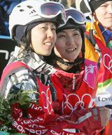 女子ハーフパイプ決勝で最後の選手の滑りを見守る中島志保(左)山岡聡子=バルドネッキア