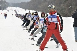 スキーヤー232人が数珠つなぎで滑り降りるイベント