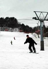 天然雪が残る恐羅漢スノーパークのゲレンデで、滑りを楽しむスノーボーダーたち