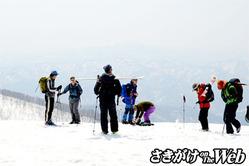 春山スキーを楽しむ登山客