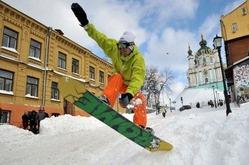 1881年以来となる積雪に見舞われたウクライナの首都キエフ市内で、スノーボードを楽しむ男性(2013年3月25日撮影)。