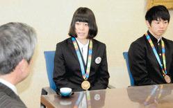 大会の成果を寺林敏教育長に報告する大江選手(中)と山元選手=県庁で