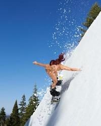 スノーボードをしているエレナ・ハイト