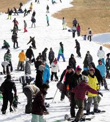 初滑りを楽しむスノーボーダーらでリフトには行列ができた=九重町湯坪の九重森林公園スキー場