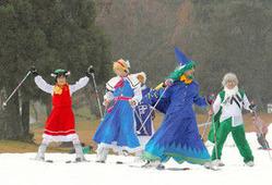 仮装してスキーやスノーボードを楽しむ人たち=郡上市白鳥町のスノーウェーブパーク白鳥高原で