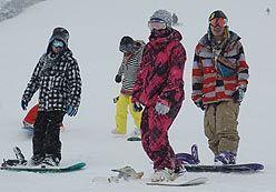 安比高原スキー場で久しぶりの雪の感触を楽しむスノーボーダー